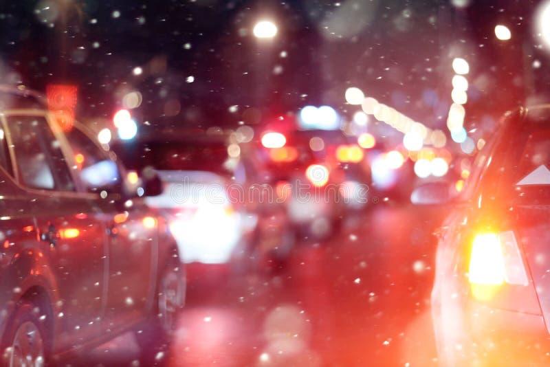 Camino en ciudad de la nieve de los atascos de la noche del invierno imagen de archivo