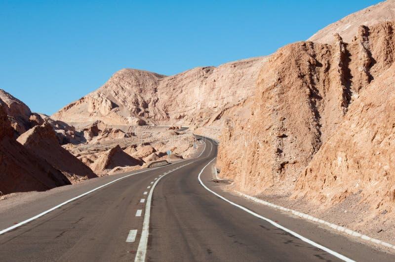 Camino en el desierto de Atacama (Chile) imagen de archivo