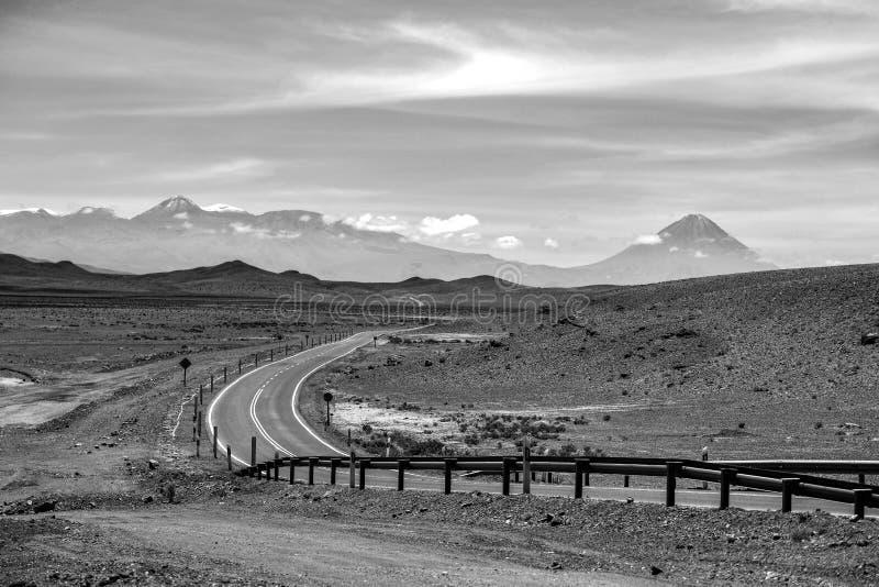 Camino en el desierto de Atacama, Chile fotos de archivo libres de regalías
