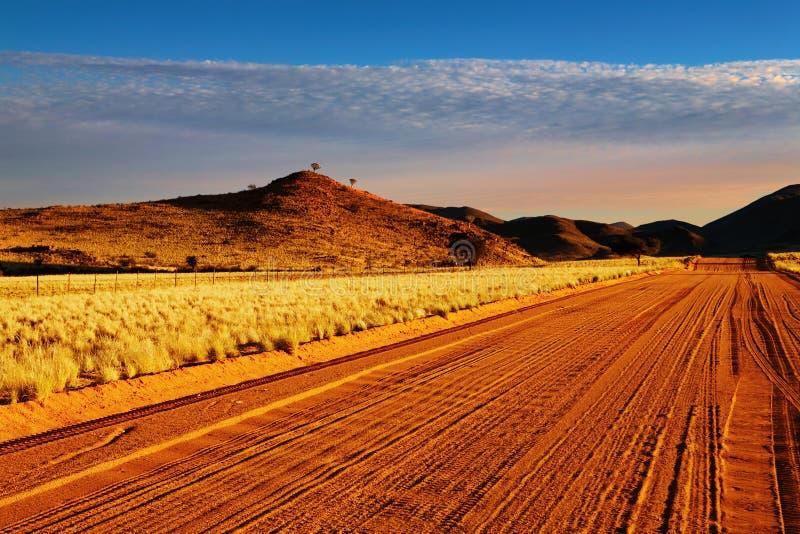 Camino en el desierto de Kalahari fotos de archivo