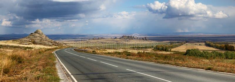 Camino en el panorama del este de Kazajistán imágenes de archivo libres de regalías