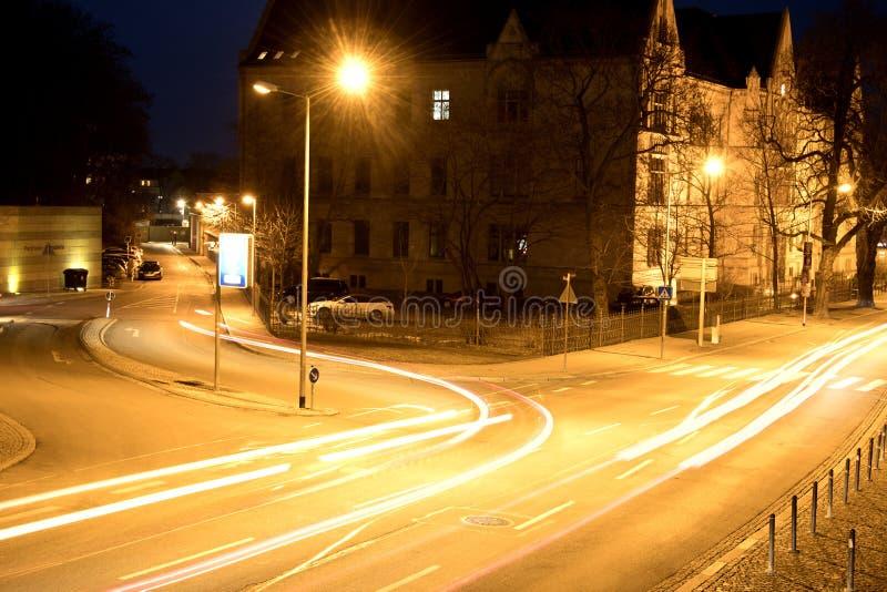 Camino en Erfurt en la noche con las luces y la linterna del coche imagenes de archivo