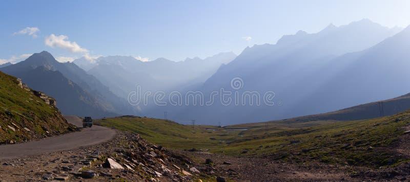 Camino en Himalaya de las montañas fotos de archivo libres de regalías