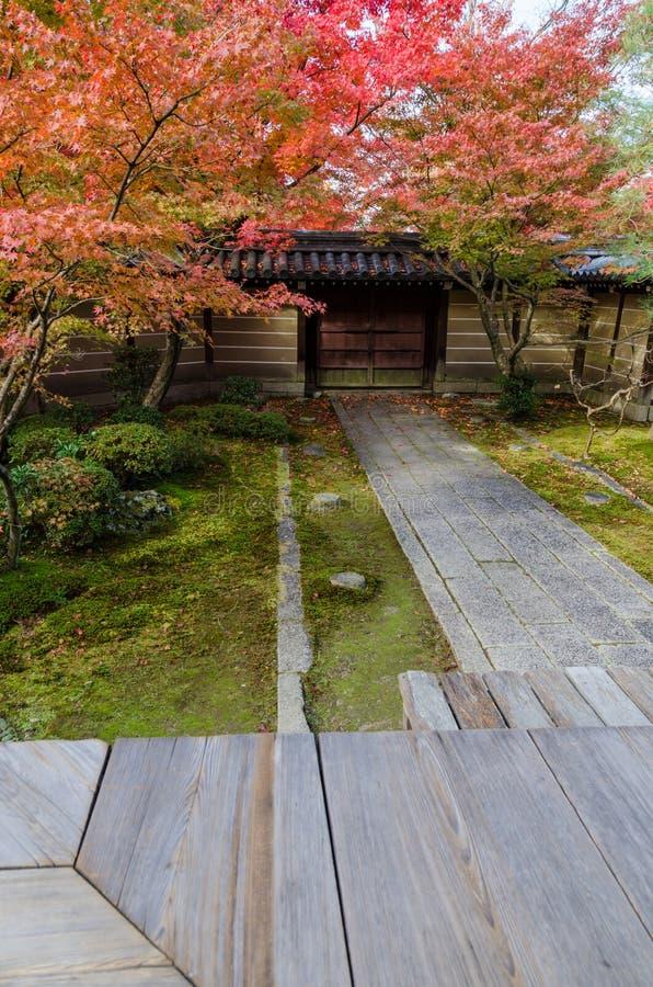 Camino en jardín del estilo japonés foto de archivo