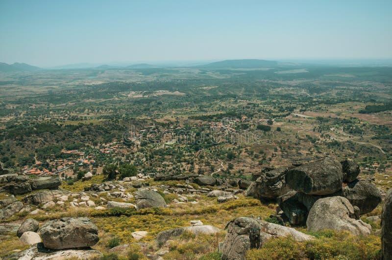 Camino en la cumbre cubierta por las rocas y los arbustos grandes cerca de Monsanto imagen de archivo
