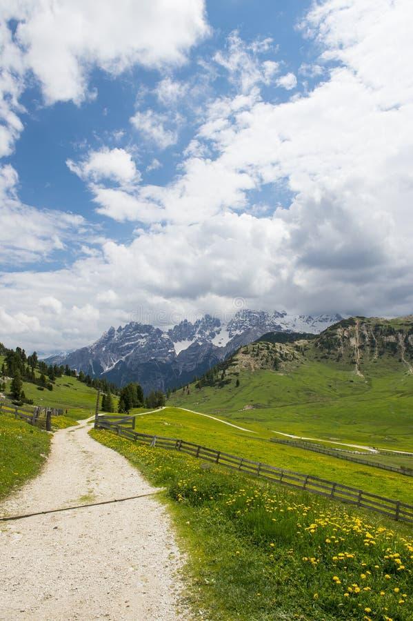 Camino en las montañas, dolomías de la grava fotos de archivo libres de regalías