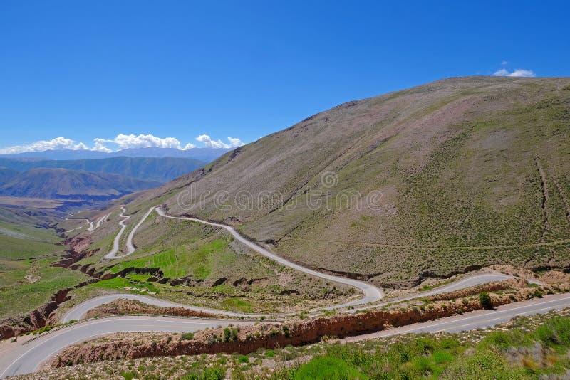 Camino en los altos Andes, canal de la montaña el barranco de Susques a Purmamarca, Jujuy, la Argentina de Cuesta De Lipan imagen de archivo