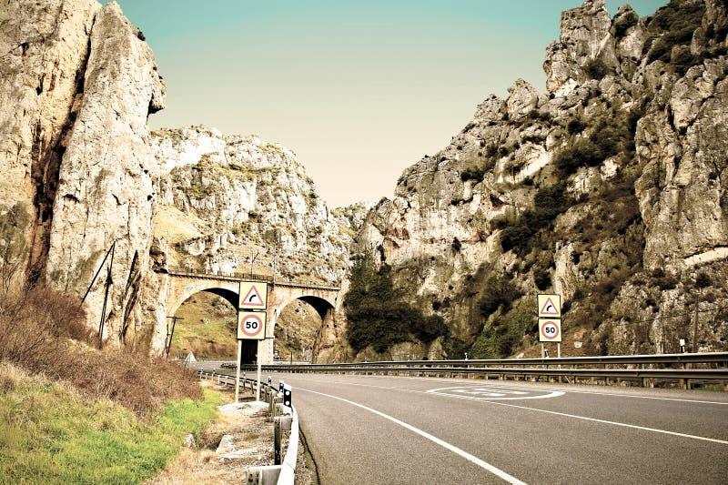 Camino en los Pirineos españoles fotos de archivo