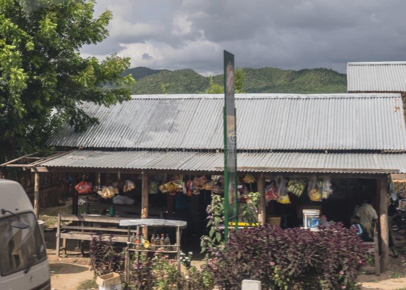 Camino en Myanmar imagenes de archivo