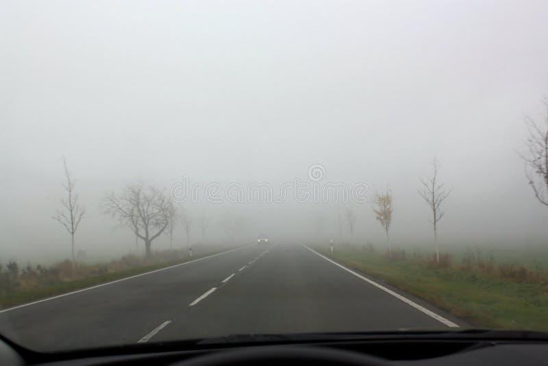 Camino en otoño con tráfico inminente foto de archivo libre de regalías