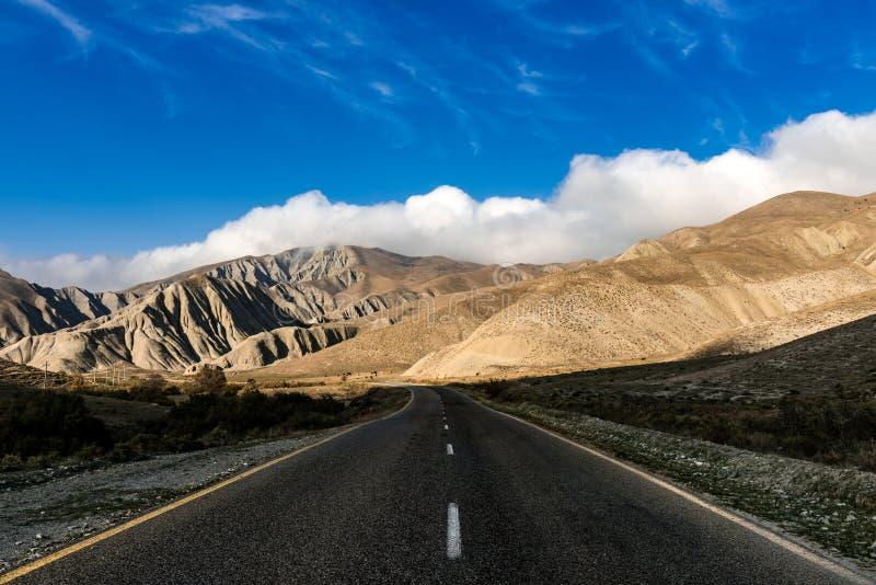 Camino en un área montañosa imagen de archivo libre de regalías
