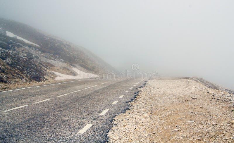 Camino envuelto en niebla de la montaña foto de archivo