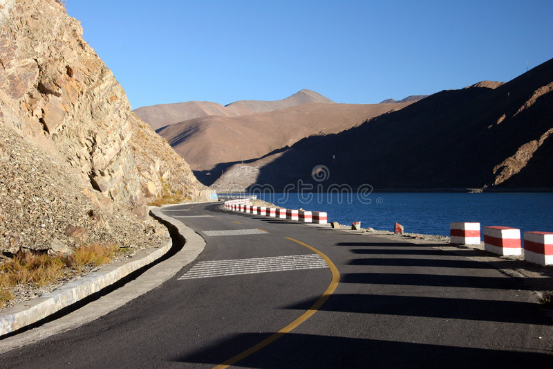 Camino escénico del lago tso de Yamdrok imágenes de archivo libres de regalías
