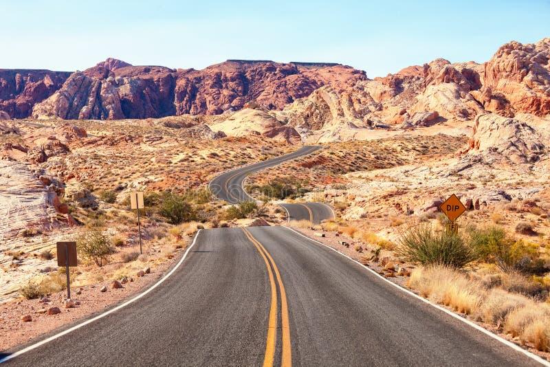 Camino escénico en el valle del parque de estado del fuego, Nevada, Estados Unidos fotografía de archivo