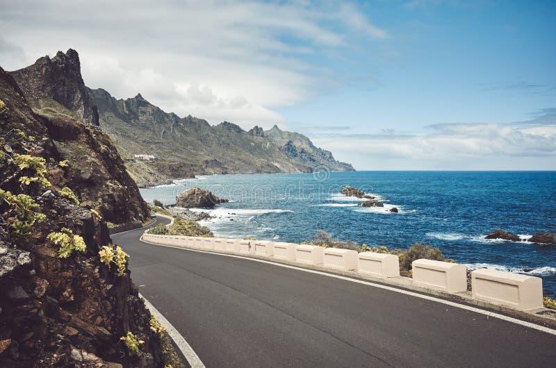 Camino esc?nico del oc?ano por los acantilados de la cordillera de Macizo de Anaga, Tenerife, Espa?a imagen de archivo