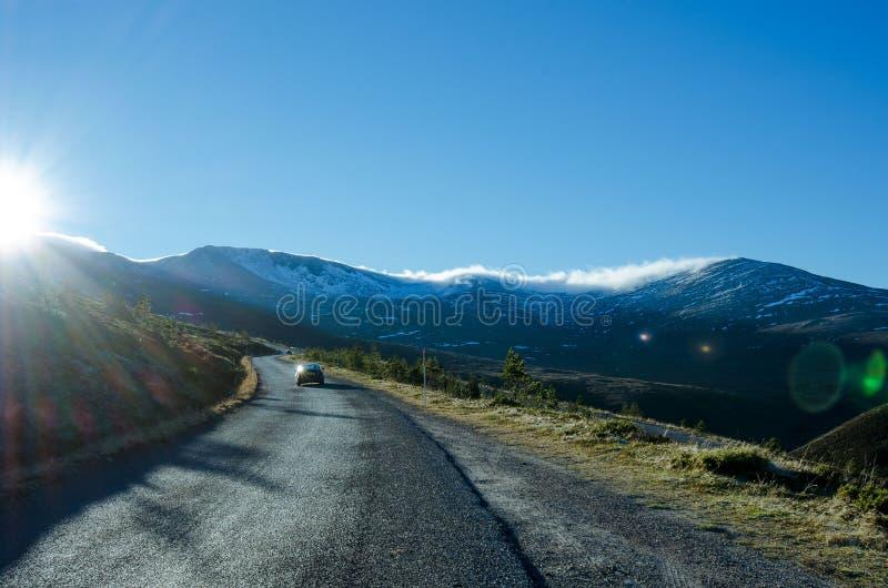 Camino escarchado en montañas escocesas imagenes de archivo