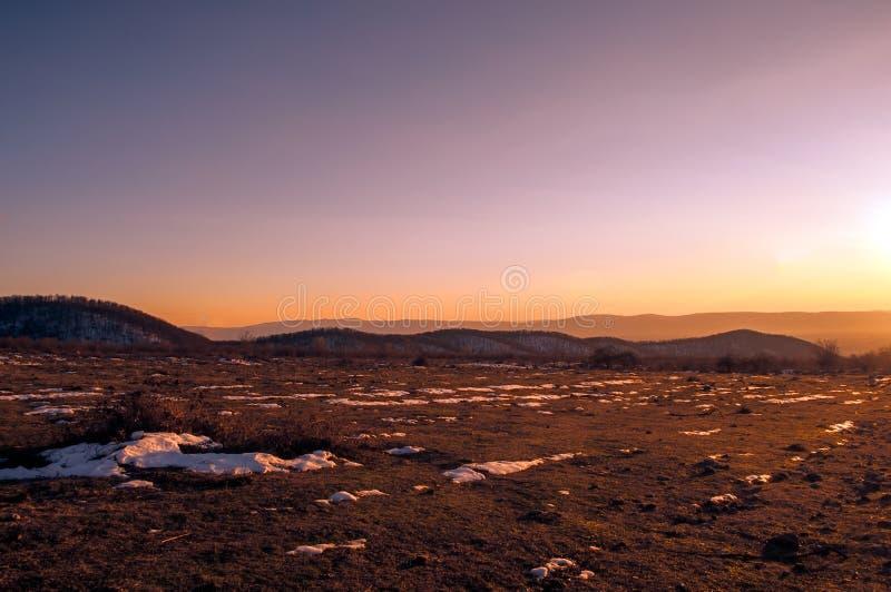 Camino forestal bajo rayos de sol de la puesta del sol Puesta del sol hermosa con las nubes anaranjadas y rojas detrás de algunos fotografía de archivo