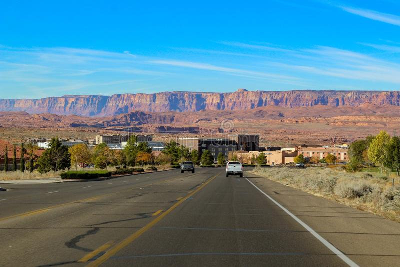 Camino grande que lleva al lago Powell ( Glenn Canyon ) Presa cerca de la página en Arizona, los E.E.U.U. fotografía de archivo