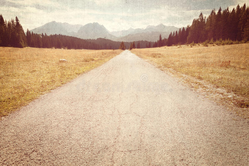 Camino hacia las montañas - imagen del vintage fotografía de archivo