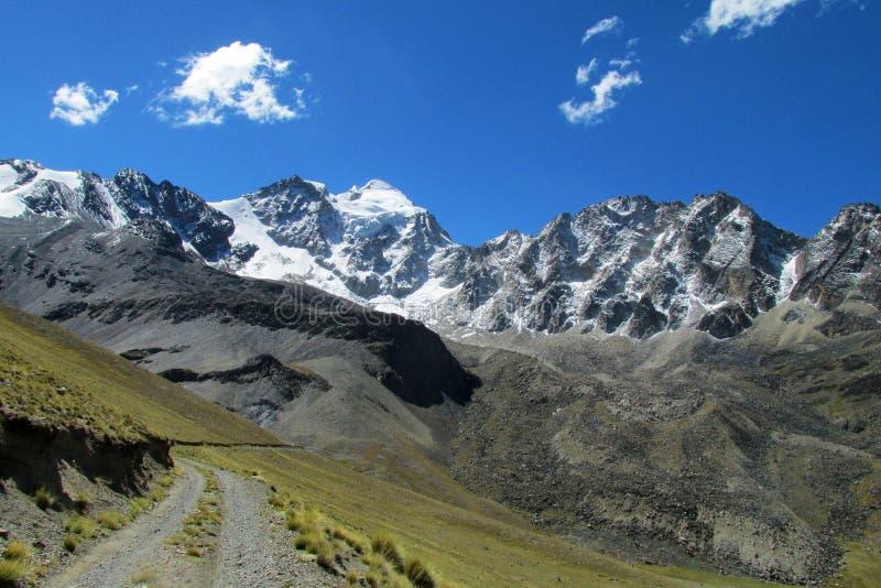 Camino hermoso de la montaña en los Andes, Cordillera real, Bolivia fotografía de archivo libre de regalías