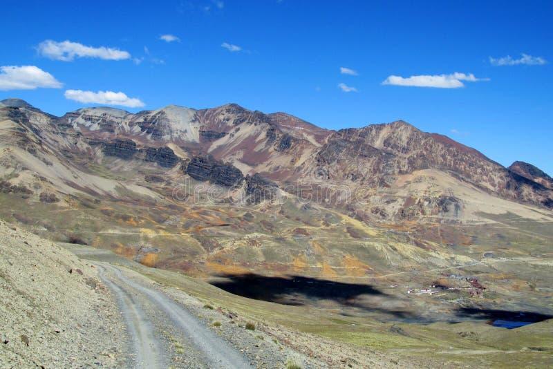 Camino hermoso de la montaña en los Andes, Cordillera real, Bolivia foto de archivo