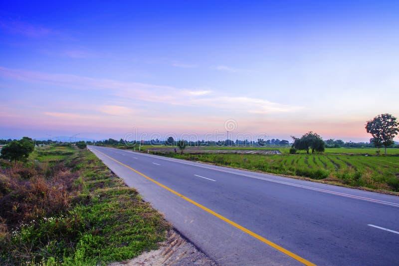 Camino hermoso de las carreteras del asfalto en el crepúsculo foto de archivo libre de regalías
