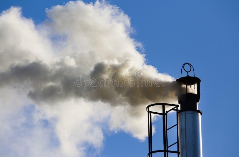 Camino industriale con fumo fotografia stock