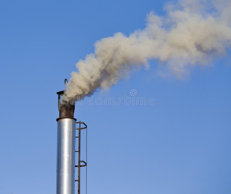Camino industriale con fumo immagine stock libera da diritti