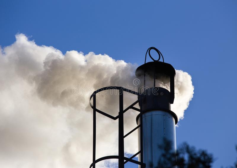 Camino industriale con fumo fotografie stock