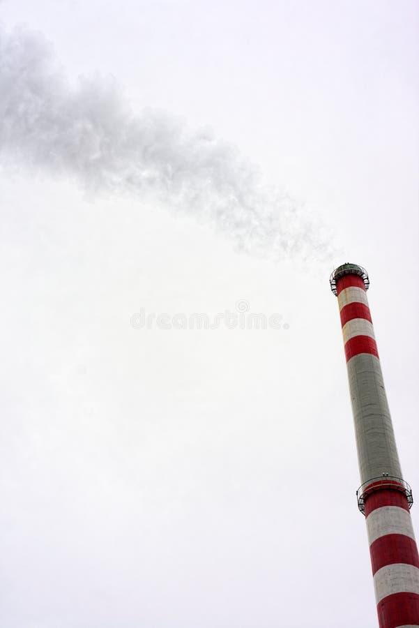 Camino industriale contro il cielo nuvoloso fotografia stock libera da diritti