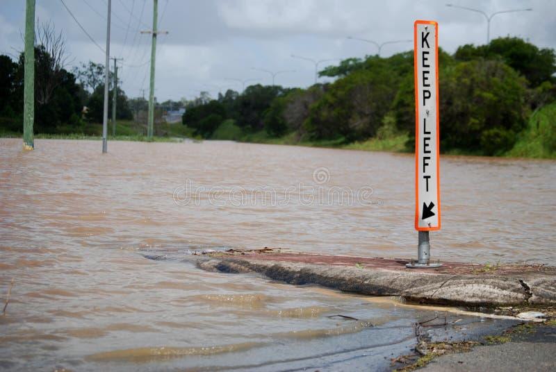 Camino inundado en Logan, Queensland, Australia imagen de archivo libre de regalías