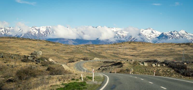 Camino a la montaña de la nieve de Nueva Zelanda, viaje por carretera, escena del destino fotografía de archivo libre de regalías