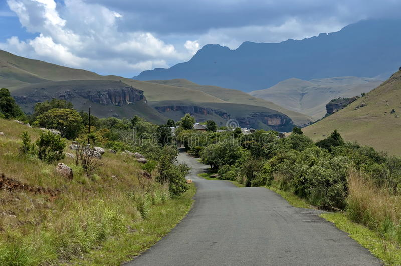 Download Camino A La Reserva De Naturaleza De Kwazulu Natal Del Castillo De Giants, Drakensberg Suráfrica Foto de archivo - Imagen de reserva, colina: 41903930