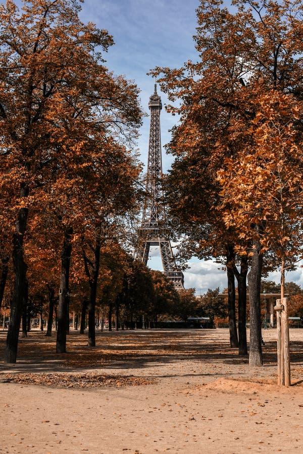 Camino a la torre Eiffel fotografía de archivo libre de regalías