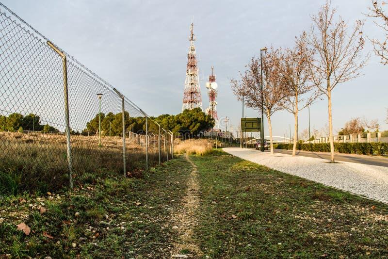 Camino a las torres de comunicación fotos de archivo