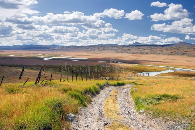 Camino a lo largo de la frontera en una meseta de la montaña de la montaña con la hierba verde en el fondo del valle el río Blanc fotos de archivo libres de regalías