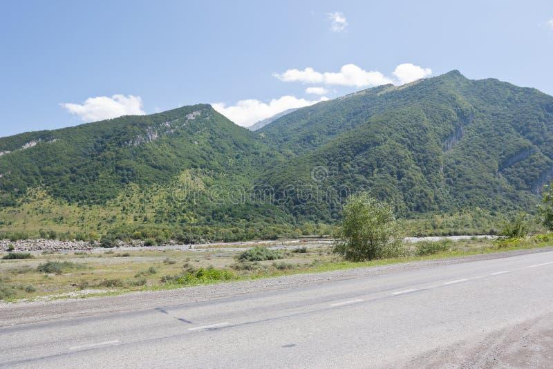 Camino militar georgiano, república de Ossetia-Alania del norte imagenes de archivo