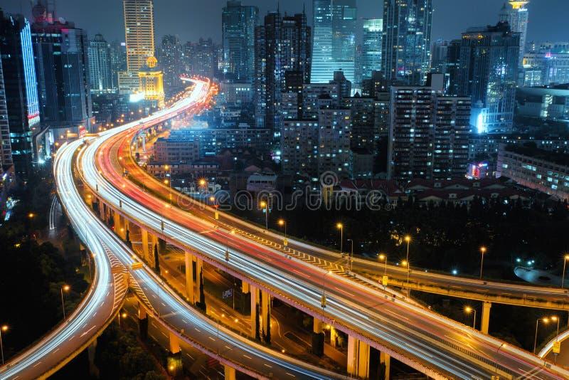Camino moderno del tráfico de ciudad en la noche Empalme del transporte foto de archivo