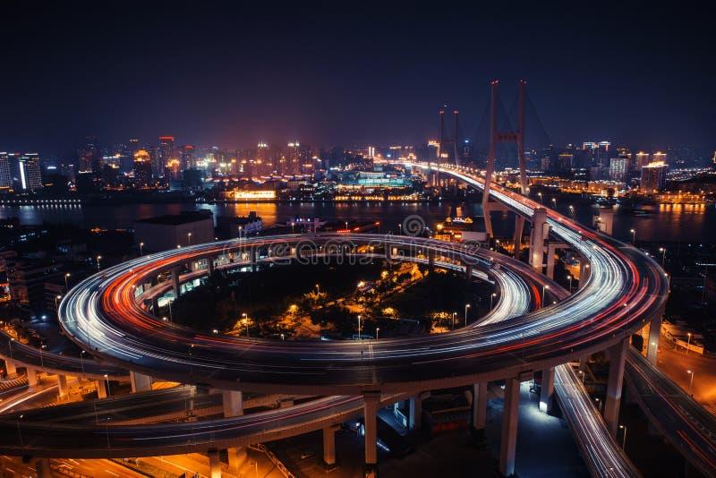 Camino moderno del tráfico de ciudad en la noche Empalme del transporte imagen de archivo