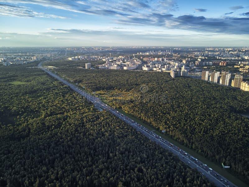 Camino moderno verde de la opinión aérea del camino de ciudad del tráfico del empalme del transporte fotos de archivo