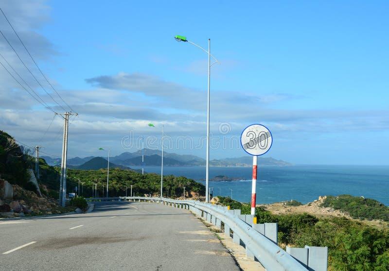 Camino nacional con el mar en Nha Trang, Vietnam imagenes de archivo