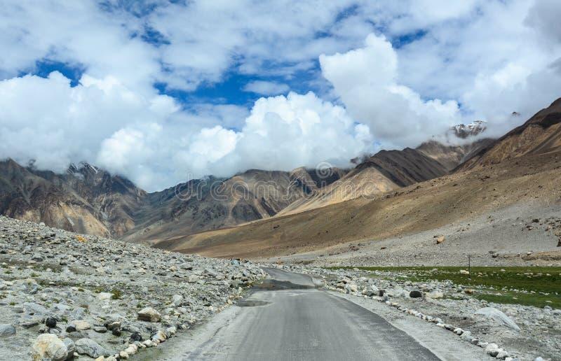 Camino nacional con las montañas en Leh, la India fotos de archivo libres de regalías