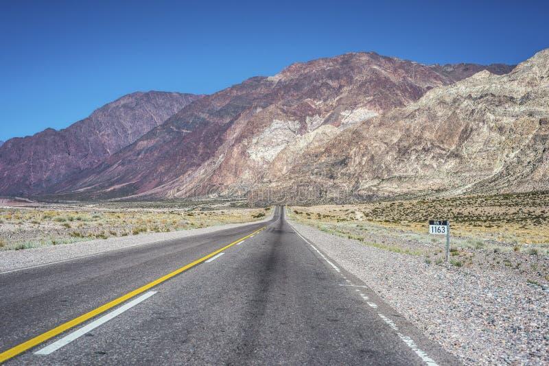 Camino nacional 7 que pasa por el departamento de Las Heras en Mendoz imagen de archivo