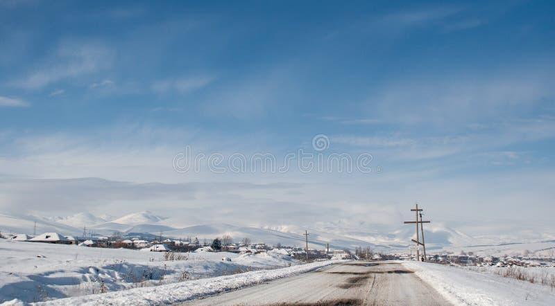 Camino nevado del invierno en las montañas georgianas imágenes de archivo libres de regalías