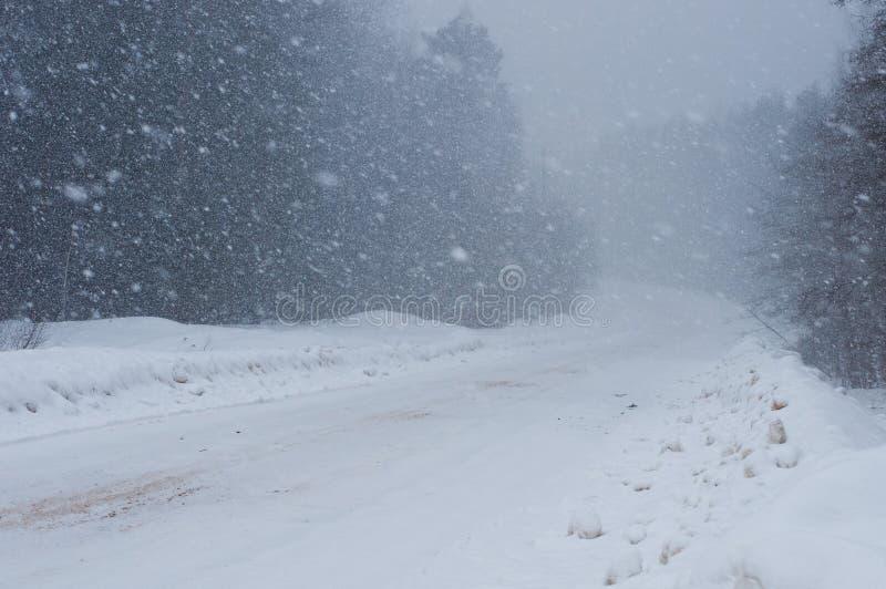 Camino nevado durante nevadas fuertes imagen de archivo