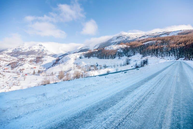 Camino nevado en montañas de Montenegro imagenes de archivo