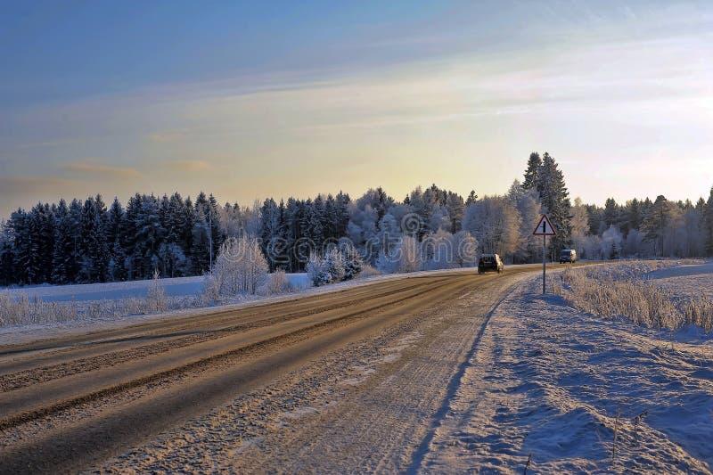 Camino nevoso del invierno hermoso foto de archivo