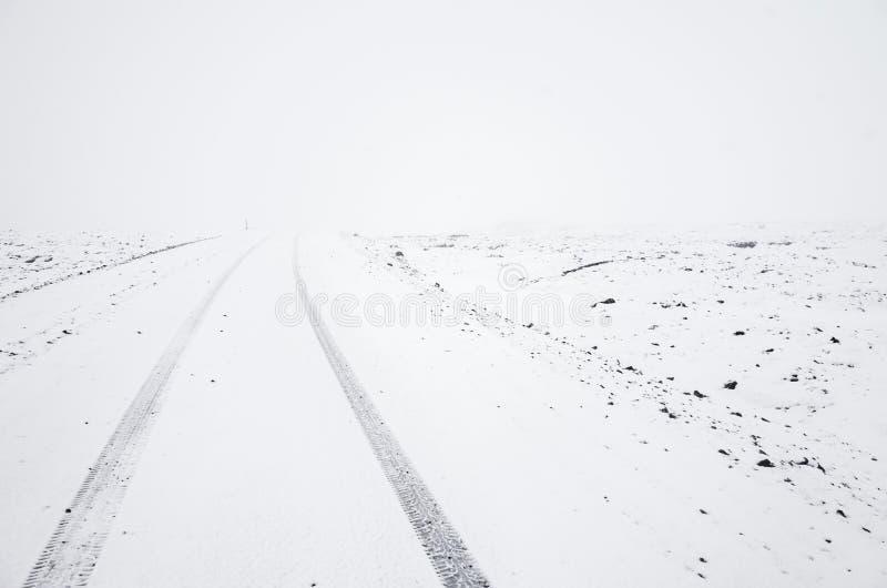 Camino nevoso vacío en la estación fría del invierno imagen de archivo libre de regalías