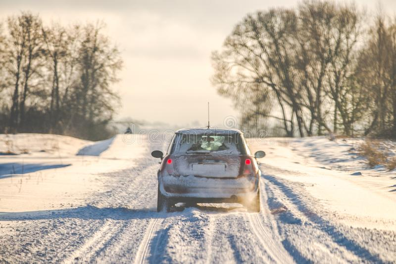 camino nevoso y coche fotografía de archivo