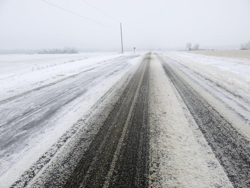 Camino o carretera nevado en el invierno, condiciones de conducción imágenes de archivo libres de regalías